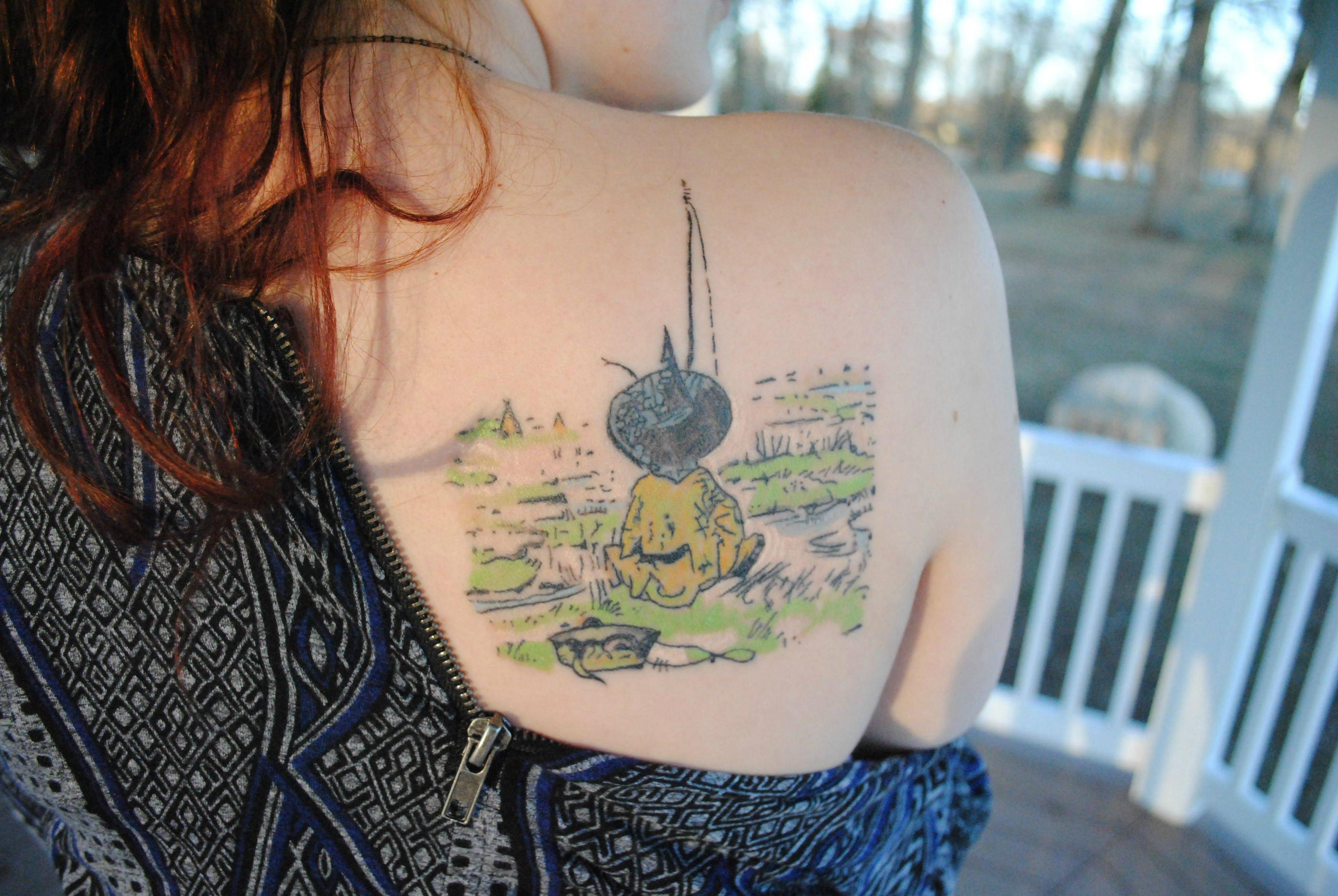 fa-de-lewis-tatua-paulama-nas-costas